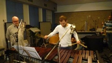 """Immer wieder wird die musikalische Performance kritisch begleitet: künstlerischer Leiter und Produzent Hermann Weindorf mit dem Percussionisten Philipp Jungk von """"Double Drums"""". Über die perfekte Umsetzung freuen sich dann beide."""